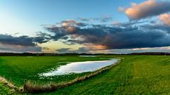 wolkenlucht boven de dijk