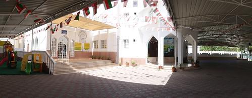 La cour d'entrée de l'école, décorée de mille drapeaux.