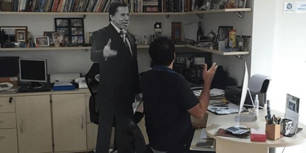 Fã assumido, apresentador da Record guarda estátua de Silvio há 10 anos
