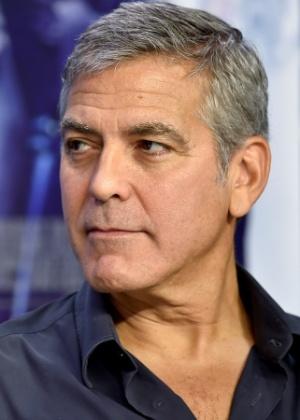 George Clooney adota cachorrinho doente rejeitado por ser feio