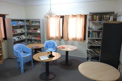 La bibliothèque, où se réunissent certaines filles pendant la récréation.