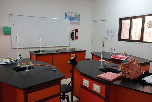 La salle de sciences, où les élèves font des expériences.