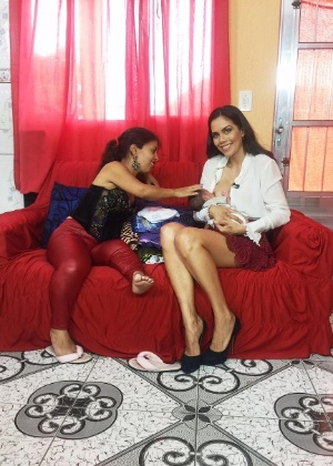 """Dani Albuquerque amamenta bebê de entrevistada: """"É ato de amor"""""""