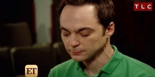"""Astro de """"Big Bang Theory"""" sente presença de pai morto e chora na TV"""