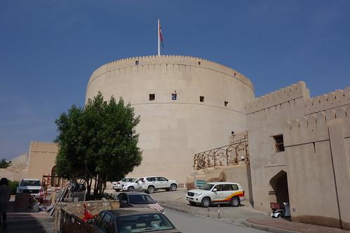 Nous quittons le souk, et quelques pas plus loin se profile la tour du fort