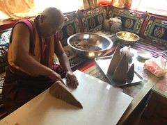 Festvorbereitung: Mönch formt Pyramiden für Buddha aus Tsampa