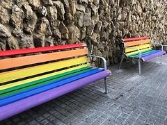 🌈A #Tiana tindrem a partir d'ara dos bancs que recordaran i reivindicaran cada dia l'orgull LGTBI. Els colors de l'arc de dant Martí, símbol LGTBI, reprodueixen: Vida, salut, llum del sol, natura, harmonia i esperit #28j #Tiana