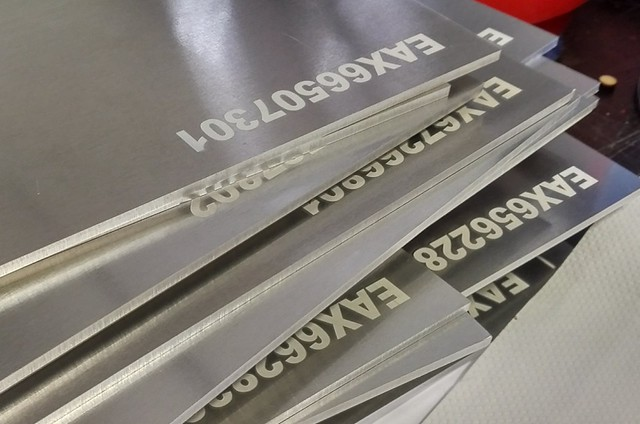 grawerowanie aluminium na biało