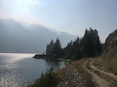 Entlang des Slocan Sees auf dem Galena Trail. Rechts oben brennt es.