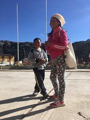Auf dem Dorfplatz in Yantac: Unterhaltung mit dem Mädchen und ihrem Cousin