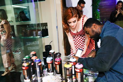 O super grafiteiro e tatuador Brigadeiro Veríssimo assina sacola personalizada para Sharon