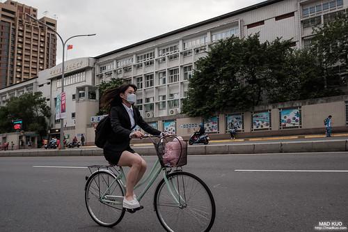 能在不走光的情況下踩著踏板,台灣上班族真的超強。