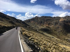 Lange Abfahrt bis zur Brücke Puente Pampas