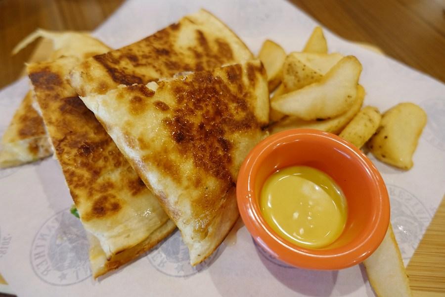 [桃園美食]PANTHER黑豹美式餐廳.桃園火車站前美式漢堡~正妹服務生.放鬆的用餐環境 @VIVIYU小世界