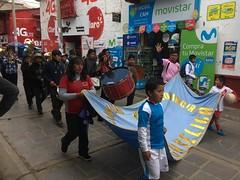 Die Mannschaften des Fussballturniers präsentieren sich in den Gassen von Huancavelica.