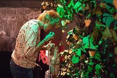 Quina olor fa #Tiana? 4 perfums et porten a quatre racons, quatre moments del poble. Sota l'arbre dels nassos, olora els perfums d'Esperança Casas a l'exposició #sompoble #Tiana Foto: @sergi_alcazar