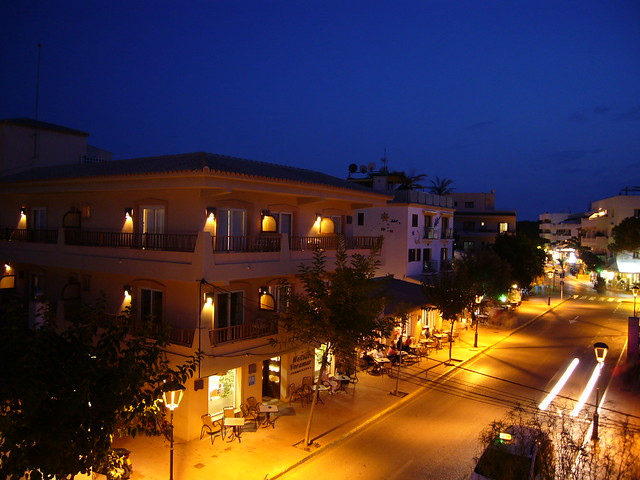 Hauptstraße von Es Pujols, Hostal Voramar