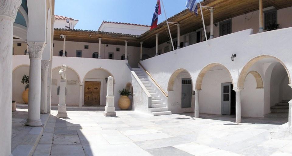 claustro y torre Catedral de La Asuncion de Idra Isla de Hidra Grecia 01