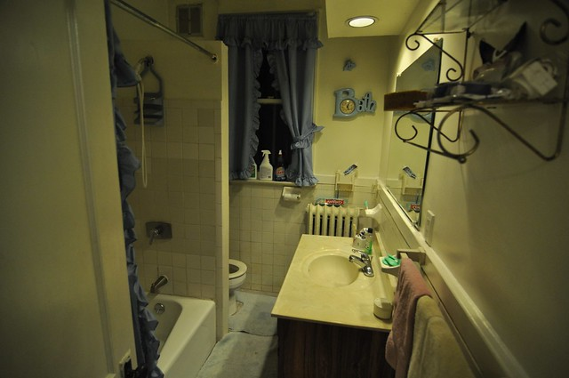 Pre-closing: bathroom west