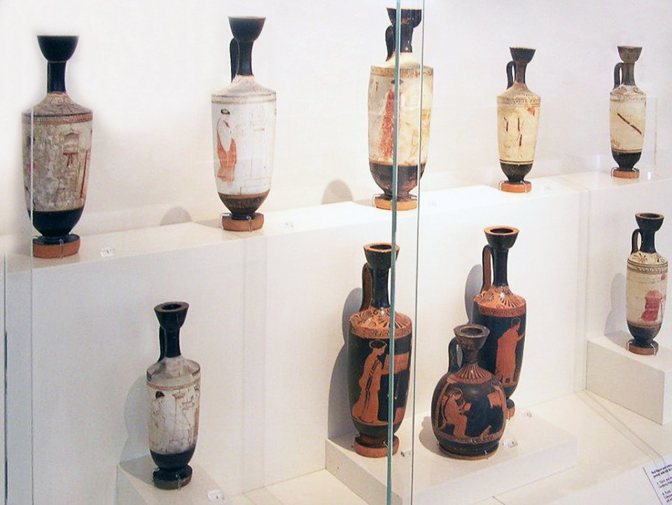Lekythos o Lecitos de figuras rojas y fondo blanco ceramica Museo Nacional Arqueologico Atenas Grecia 149