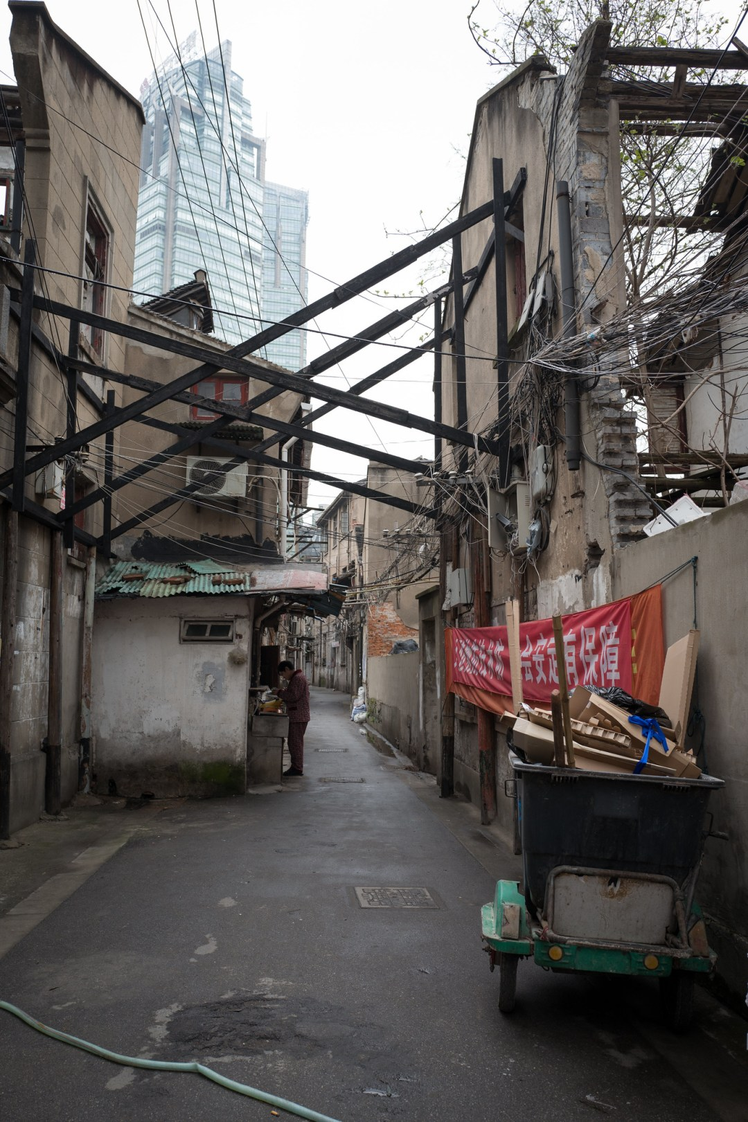 我印象中的上海就是這樣,穿著睡衣在家門外的洗手臺刷牙