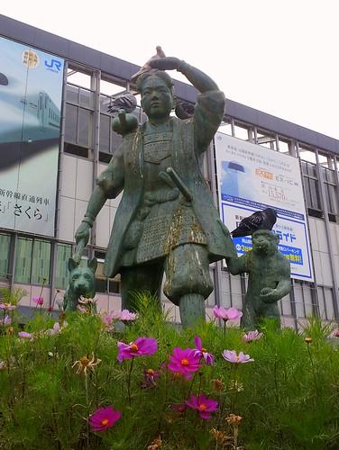 2011-11-17 15.50.50_岡山駅の桃太郎にハト