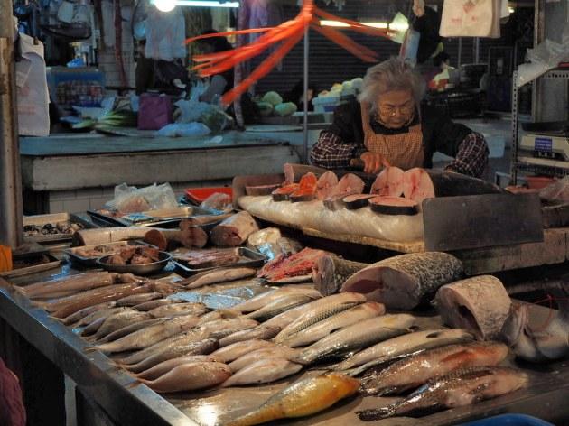 東菜市の魚屋
