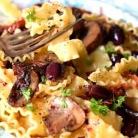 Vegansk lyxpasta med oliver, vitlöksfrästa champinjoner och soltorkade tomater