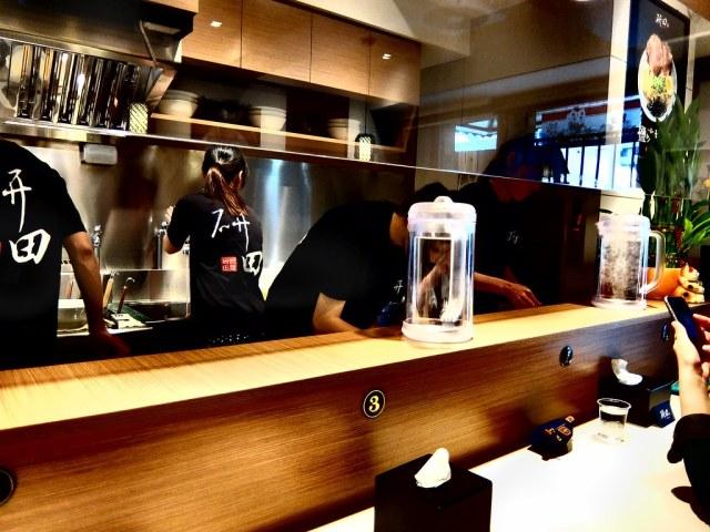 bar台部分,可以看到工作人員煮麵狀態
