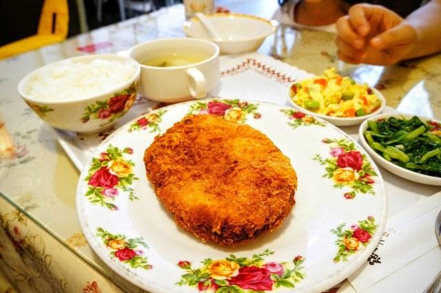 厚切豬排一樣也是有小菜/湯/飯等,豬排很大塊,也真的很厚實