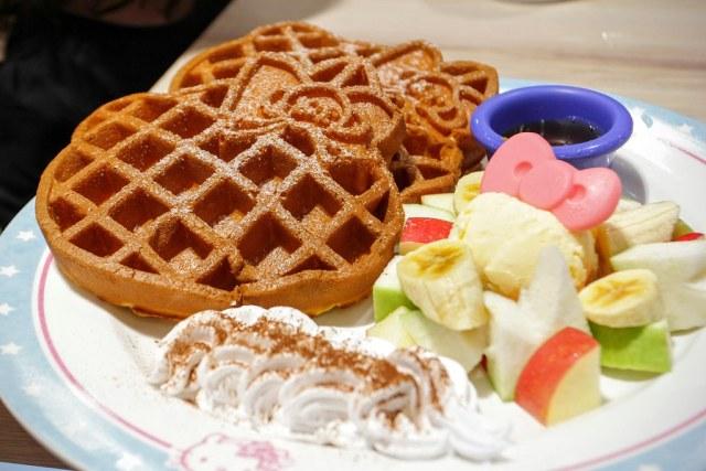 季節水果冰淇淋鬆餅,也是hello kitty形狀的鬆餅! 旁邊有奶油、一顆冰淇淋和水果切塊