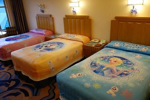 今回はディズニーアンバサダーホテル、アナと雪の女王ルームに泊まります。