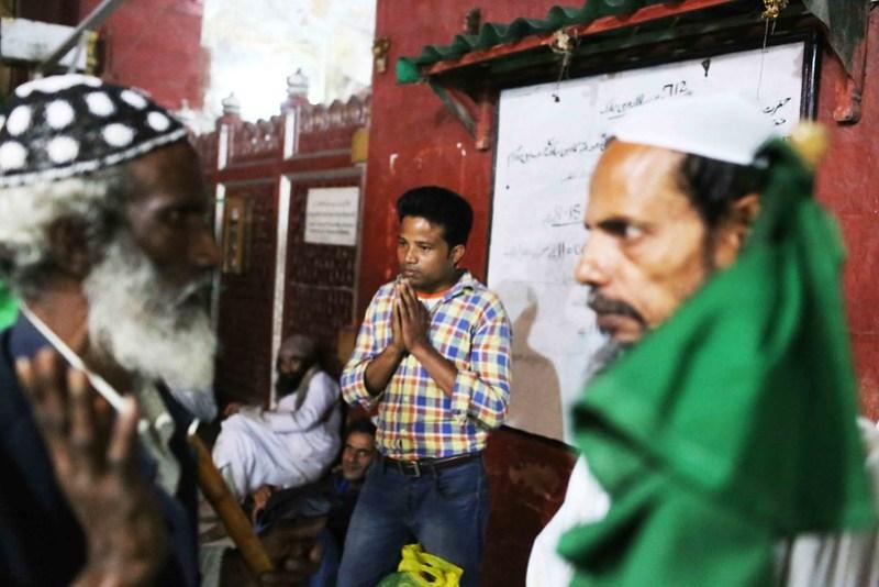 a7City Moment – The Solitary Man's Private Prayer, Hazrat Nizamuddin's Sufi Shrine
