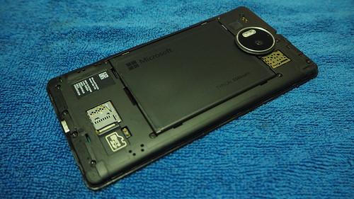 แกะฝาหลังออกมาใส่ MicroSD card และ SIM card