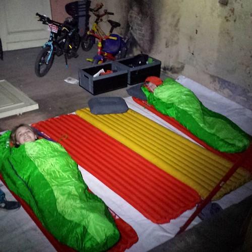 En nadien slapen in ' kot ... serieus buiten mijn comfortzone, maar ons materiaal moet toch eens getest worden #tourdeurope #fietsreis #oefenen #kamperen