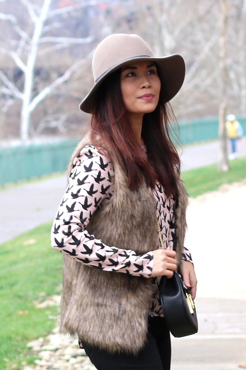 romwe-faux-fur-vest-floppy-hat-10