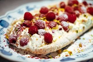 Meringue with raspberry and pistachio
