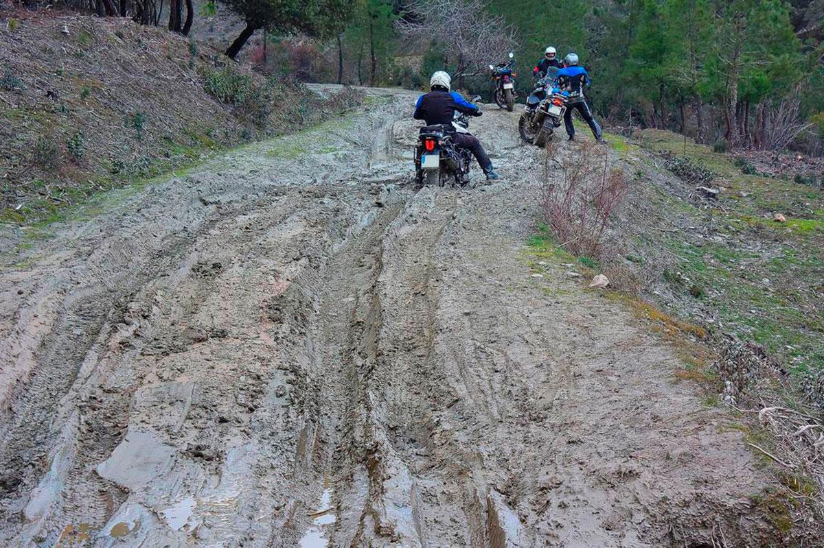 Moto trail con mucho barro en Guadalajara. Triumph Tiger 800 en el barro