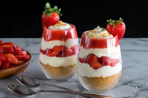 no-bake strawberry cheesecake parfaits