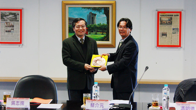 桃園榮服處處長林火土(左)接受元智大學校長吳志揚(右)所贈紀念牌