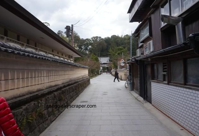 正面の建物(お寺?)を左に曲がる