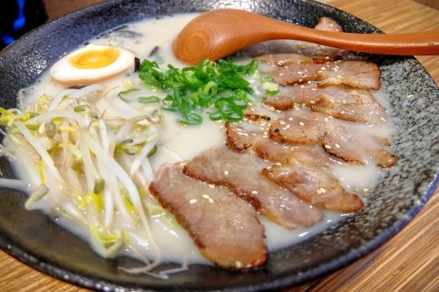 叉燒拉麵,這是豚骨湯頭...湯頭是選擇一般,喝起來比較淡,但不會油膩