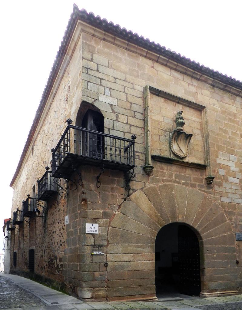 fachada balcon y escudo Palacio de los Carvajal Caceres 02