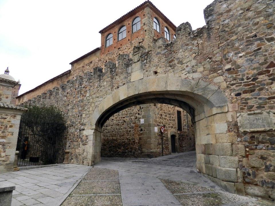 Arco de la Estrella Plaza Mayor Palacio Episcopal Caceres 03