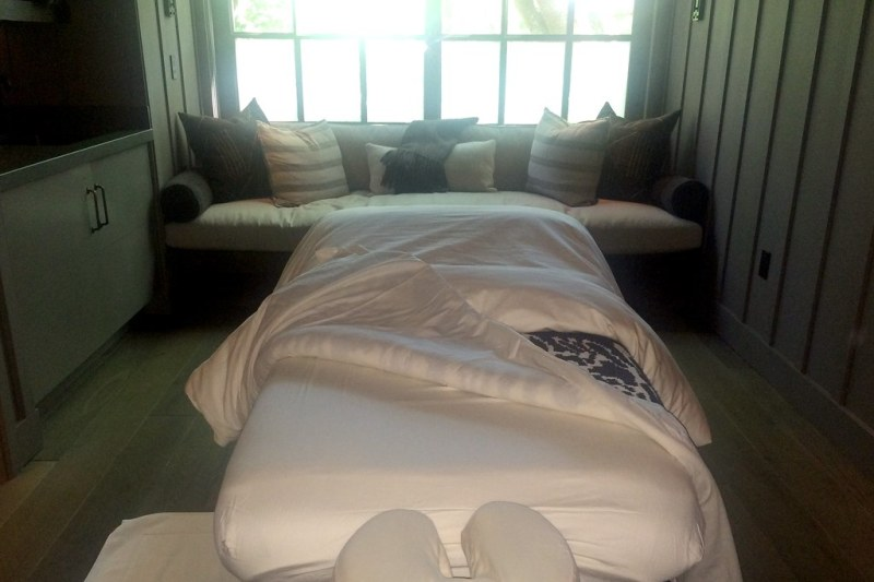 Heated treatment bed