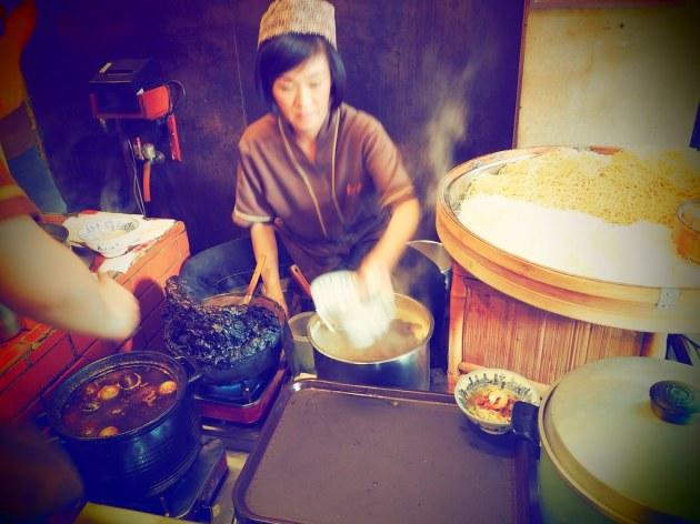 度小月担仔麺を作る人