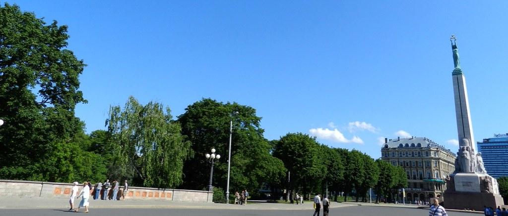 Calle y Estatua de la Libertad Riga Letonia 02