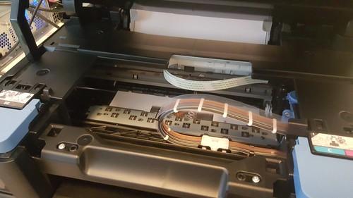 เปิดฝาขึ้นมาระหว่างพิมพ์ การพิมพ์จะหยุดชั่วคราวทันที