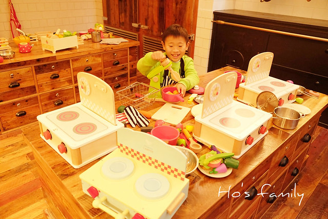 kid kraft play kitchen grey modern cabinets 台北親子餐廳 有機食材結合童趣 好食 好玩 好健康 農人餐桌親子餐廳 光是這個料理玩具區就能讓小孩玩好久 原來不只小小孩 大小孩也有家家酒癖 這應該是人們心底都渴望有家的感覺的表現吧