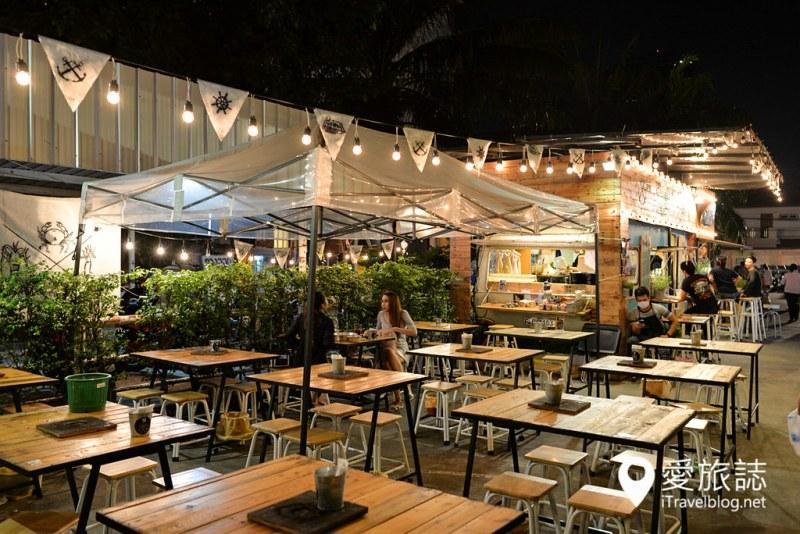 《曼谷夜市集景》拉差达火车夜市:捷运出口的每日营业夜市